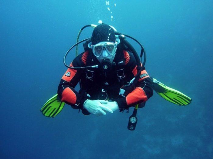 divers-diving-underwater