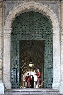 220px-0_gardes_suisses_-_porte_de_bronze_-_entree_du_palais_apostolique_du_vatican